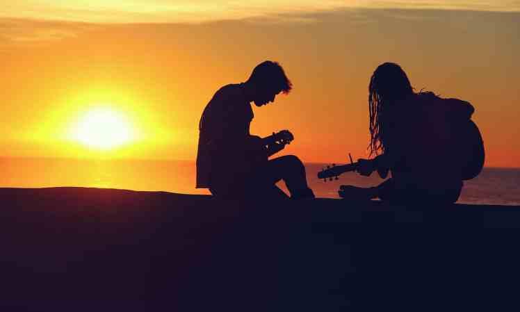 Zwei Musiker im Sonnenuntergang