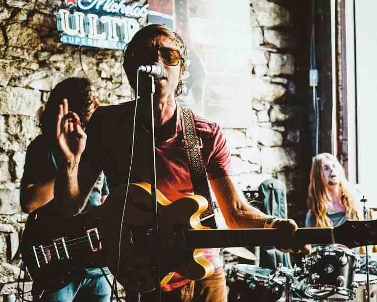 Sänger mit seiner Band