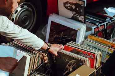 Mann durchstöbert 40er Jahre Alben