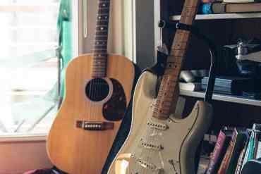 Akustische und Elektro Gitarre