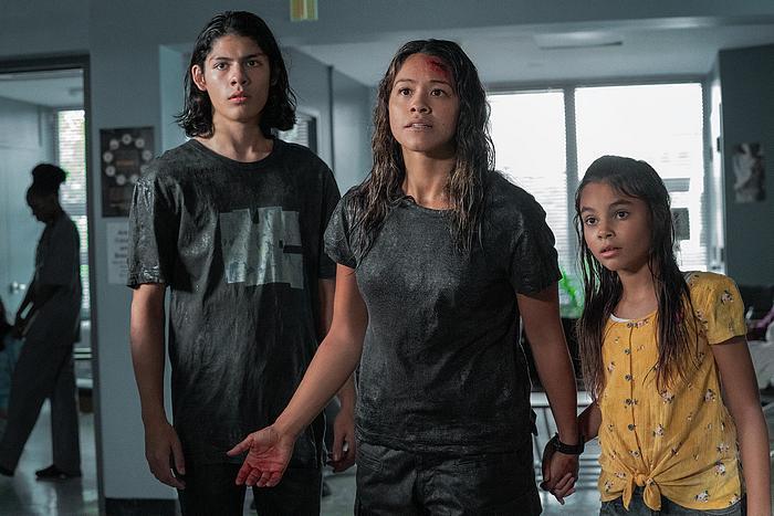 Lucius Hoyos als Noah, Gina Rodriguez als Jill, Ariana Greenblatt als Matilda.