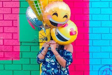 Frau mit zwei lachenden Ballons
