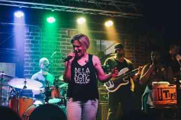 Sängerin mit Band
