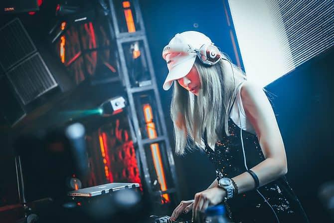 Frau arbeitet als DJ