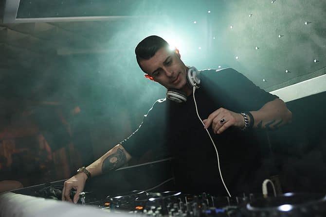 DJ am Pult in einem Club