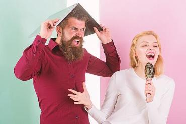 Frau singt, Mann ist genervt