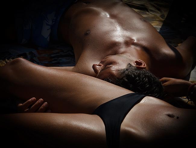 Eine Frau und ein Mann liegen im Bett