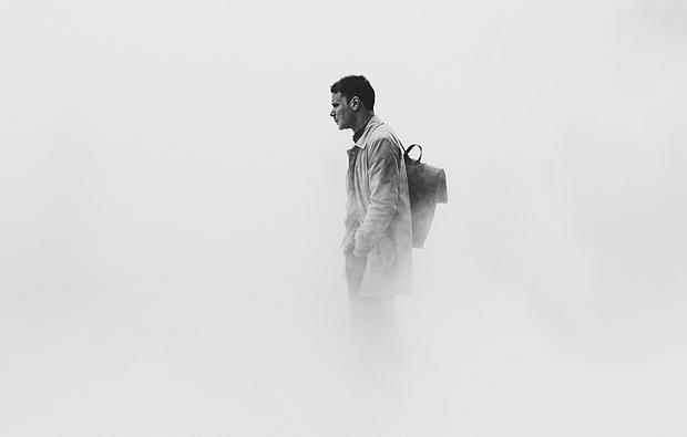 Mann steht im Nebel