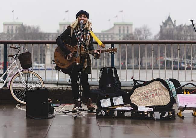 Frau singt auf der Straße