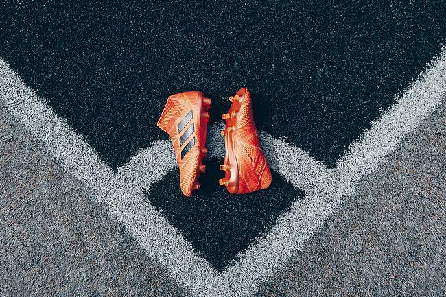 Fußballschuhe liegen auf dem Rasen