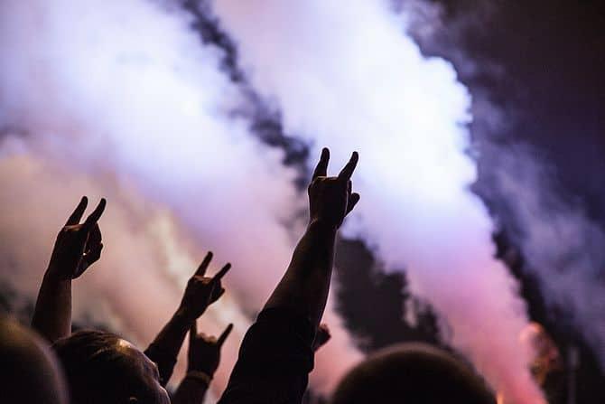 Menschen zeigen das Heavy Metal Zeichen