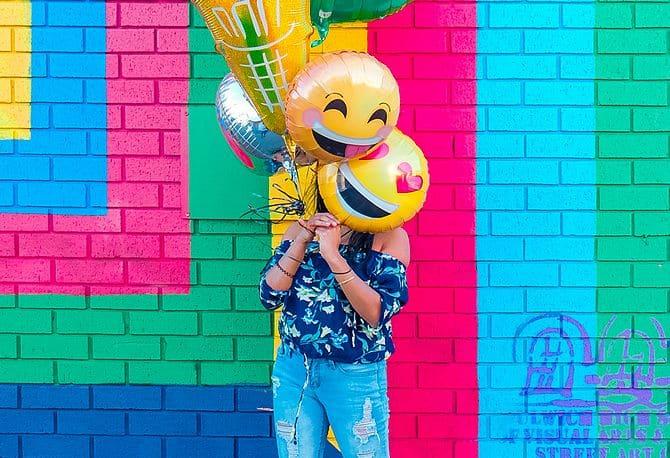 Frau mit lustigen Ballons