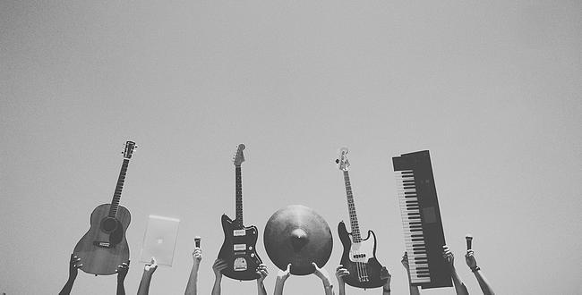Musikinstrumente werden in die Luft gehalten