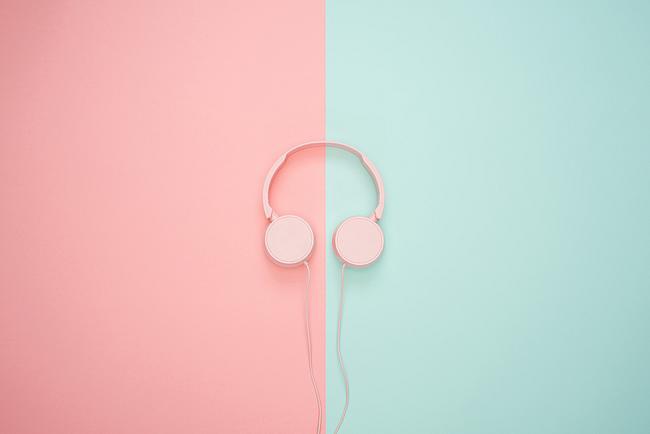 Kopfhörer auf einem Hintergrund mit zwei verschiedenen Farben