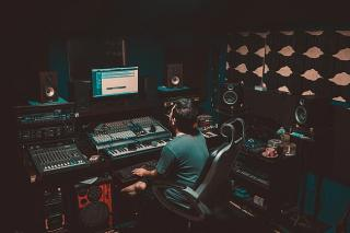 Musikproduzent im Aufnahmestudio