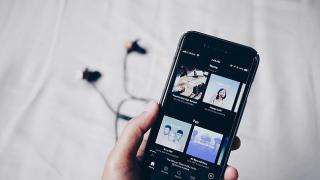 Smartphone mit der App Spotify