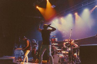 Punkband auf einer Bühne