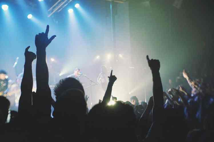 Rockband tritt vor Fans auf