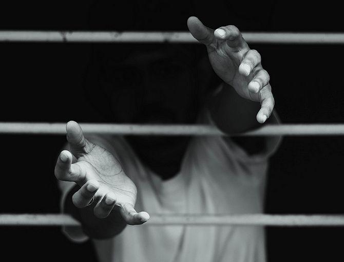 Mann hinter Gitter