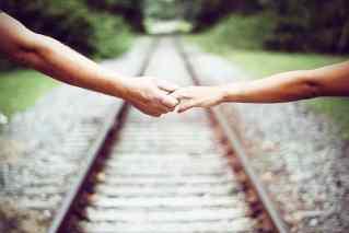 Zwei Personen halten Händchen