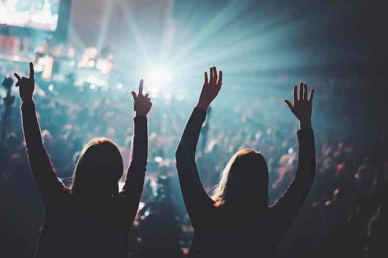 Zwei Personen auf einem Konzert