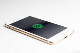 Spotify-Logo auf einem Handy
