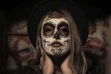 Frau mit einer aufgemalten Maske