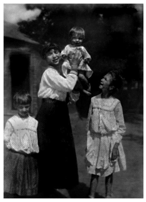 Лето 1917 г.: дочери Татьяна, Вера с внучкой Ксаной, Александра