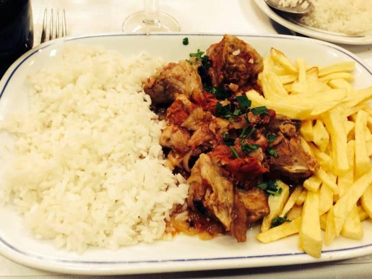 portugalia jedzenie - mięsny gulasz z obowiązkowym ryżem i frytkami :-)
