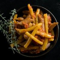 Makaron z fasolką szparagową w sosie pomidorowym