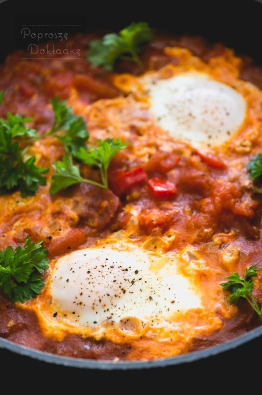 jajka w sosie z chorizo