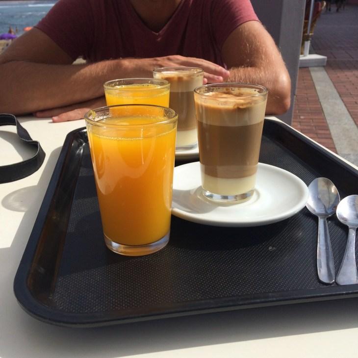 kawa ze świeżo wyciśniętym sokiem z pomarańczy