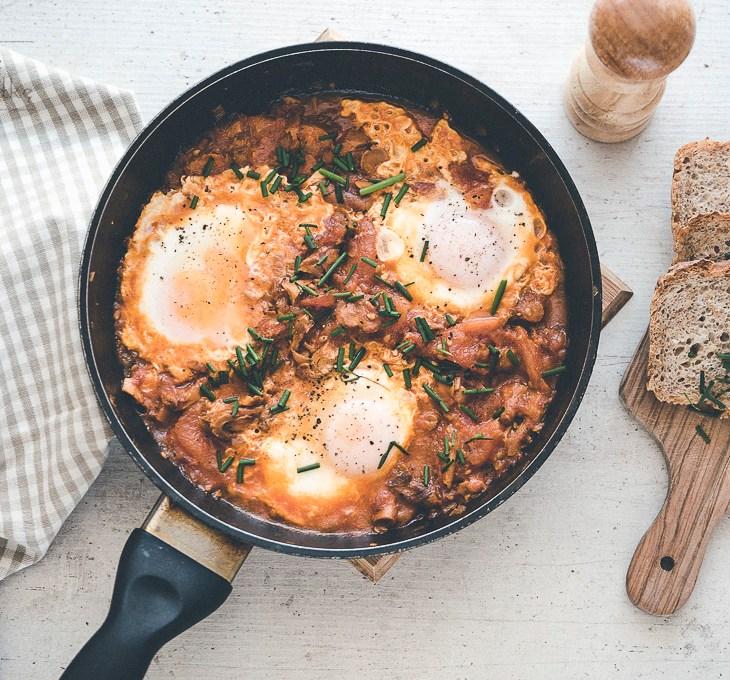 Jajka smażone w sosie kurkowo-pomidorowym przepis