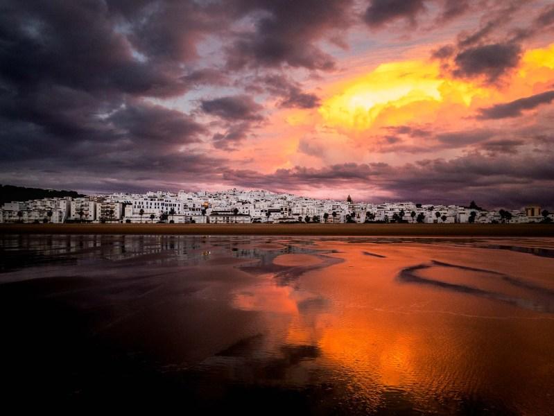 Zachód słońca po burzy, widok na miasto w Conil