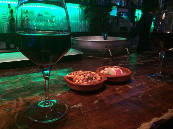 wino, a tego tego gratisowa miseczka mezcli i... żelków :-)