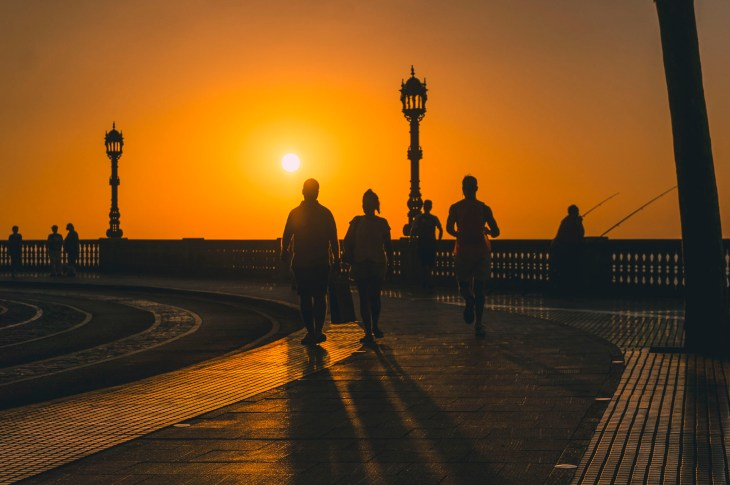 najpiękniejszy zachód słońca na promenadzie wzdłuż parku