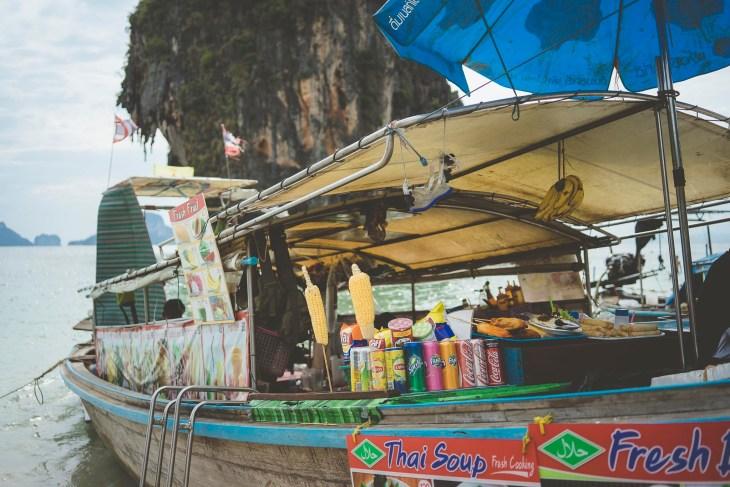 bar na łódce przy plaży Phranang