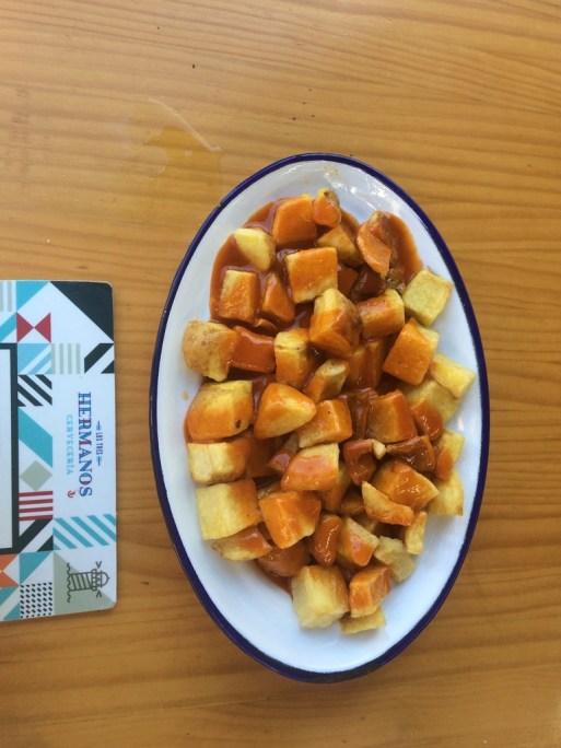 patatas bravas - smażone ziemniaczki w pikantnym pomidorowym sosie