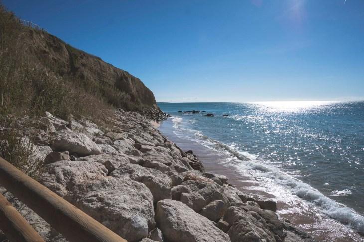 plaża ukryta w skałkach