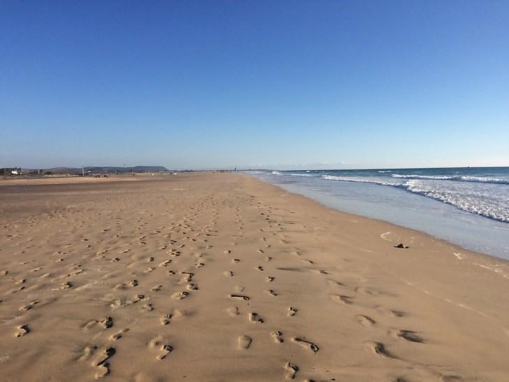 szeroka plaża Playa de Los Bateles