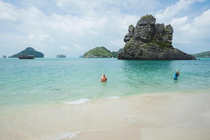 piękna, spokojna plaża z krystaliczną wodą i białym piaskiem
