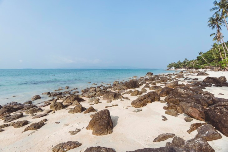 krótki kamienisty odcinek plaży Bang Po