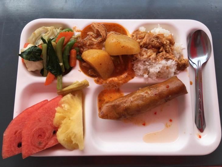 pyszny lunch - ryż z mass man curry, warzywami na parze, sajgonką i owocami