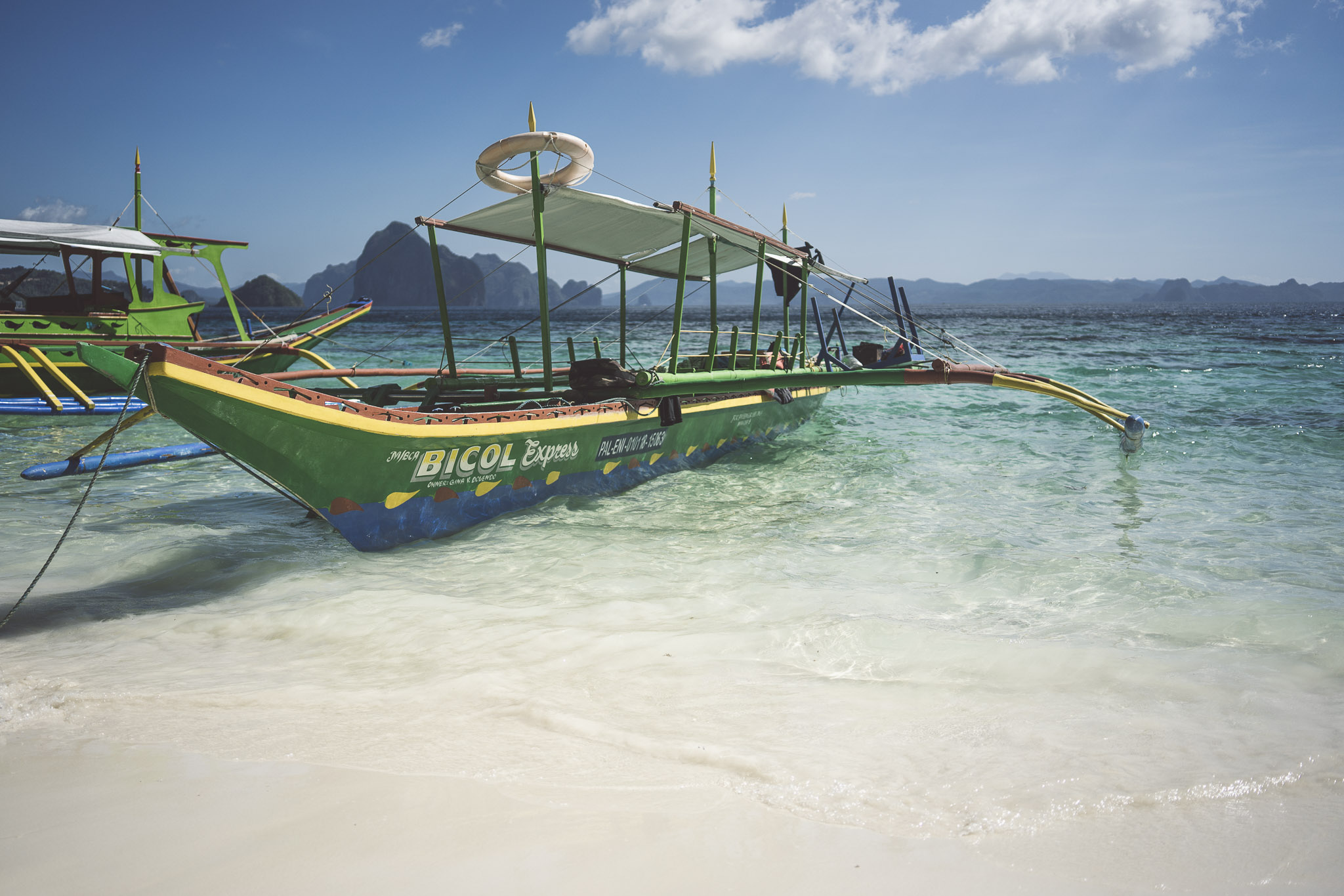 nasza łódka zacumowana przy fenomenalnej Papaya Beach