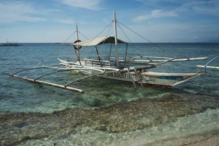charakterystyczna flipińska łódka przy plaży na Balicasag