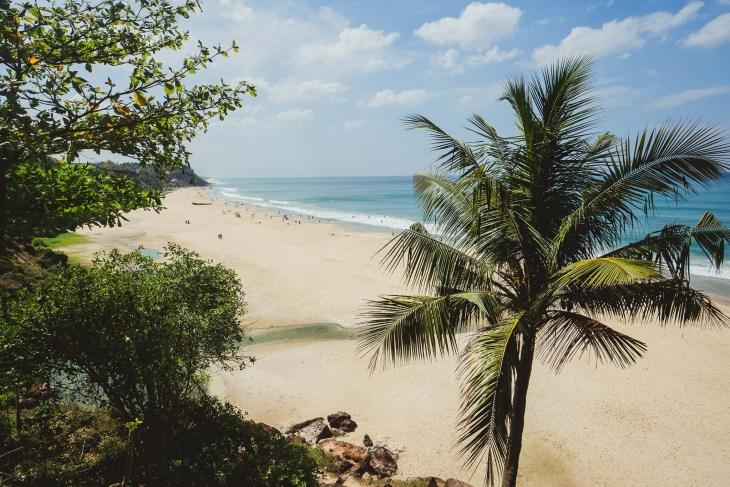 widok na plażę prosto z klifu