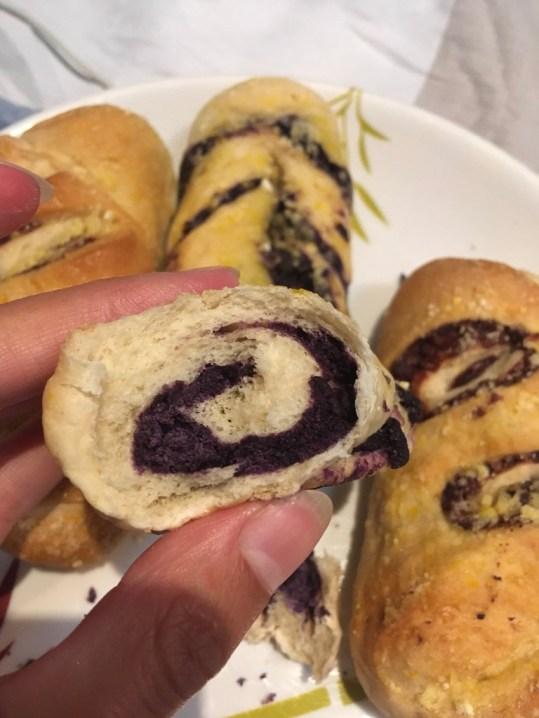 """filipińskie słodkie bułeczki - na pierwszym planie z """"dżemem"""" z Ube"""