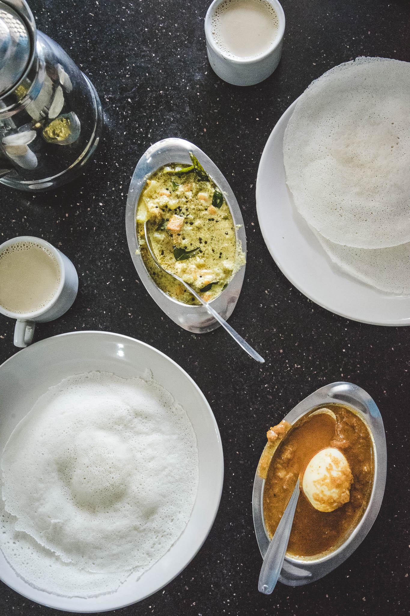 u góry warzywne curry, a na dole jajo w pikanym sosie - egg curry