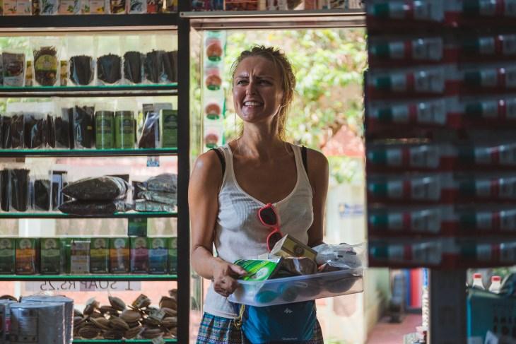 """co by tu jeszcze...? przypadkowy sklepik w keralskiej Varkali. Sprzedawca podał mi """"koszyk"""", natomiast Bartkowi krzesełko :-)"""