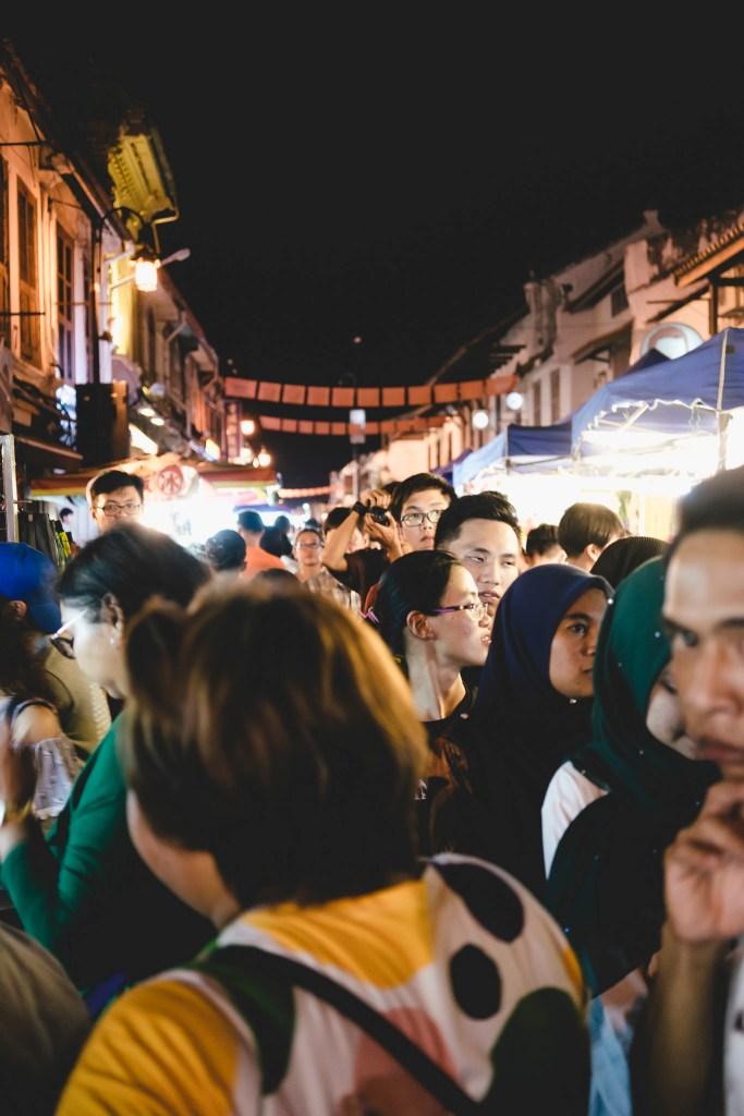 tłumy ludzi na nocnym targu